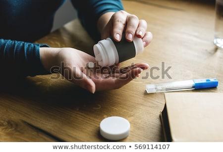 Foto stock: Doente · garrafa · vinho · jovem · supermercado
