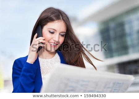 Jonge vrouw lezing krant praten mobiele telefoon aantrekkelijk Stockfoto © vlad_star