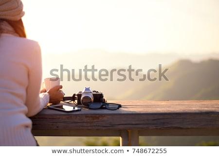 Stok fotoğraf: Gülen · güzel · bir · kadın · içme · sıcak · kahve · açık · havada