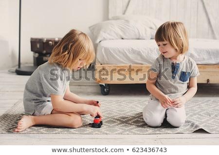 Testvér játszik ágy mosolyog csintalan fiú Stock fotó © Kzenon