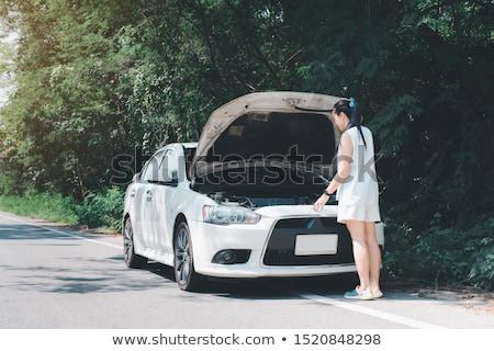 Jonge vrouwen Open kapotte auto weg reis vervoer Stockfoto © dolgachov