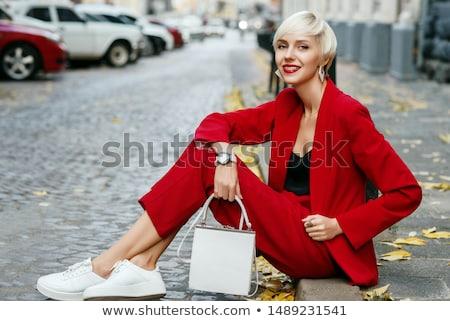ビジネス女性 · 着用 · スカーフ · 徒歩 · 公園 · ビジネス - ストックフォト © kzenon