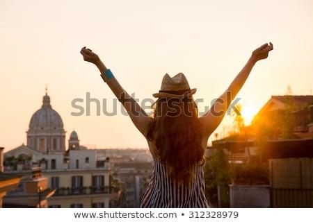 muziek · stad · vrouw · luisteren · buiten - stockfoto © solarseven