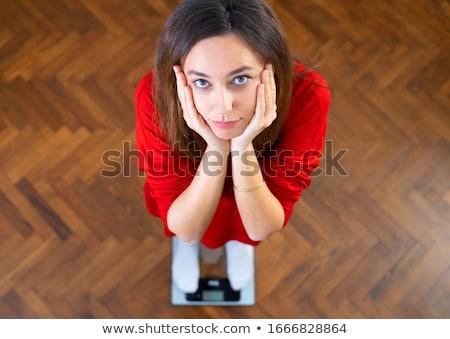 Jonge vrouw permanente schaal dieet gewicht vrouw Stockfoto © Kzenon