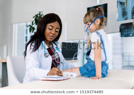 femenino · paciente · máscara · de · oxigeno · blanco · mujer · médicos - foto stock © andreypopov
