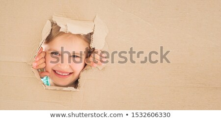 Joven feliz caja de cartón cara pie Foto stock © ra2studio