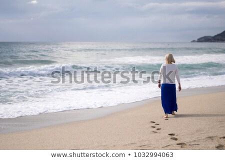 魅力的な · 女性 · 徒歩 · ポーズ - ストックフォト © stockyimages