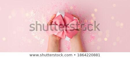 Mulher apresentar aniversário rosa felicidade Foto stock © IS2