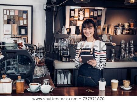 Glimlachend vrouwelijke personeel digitale tablet counter Stockfoto © wavebreak_media