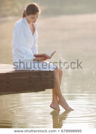lecture · lac · couple · livres · soleil · séance - photo stock © is2