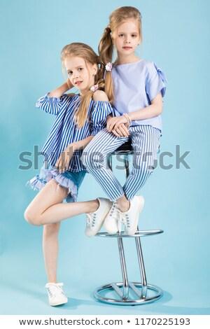 Meisjes tweelingen lichtblauw kleding poseren bar Stockfoto © Traimak