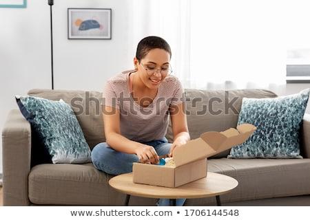 Foto d'archivio: Donna · apertura · pacchetto · finestra · felice · home