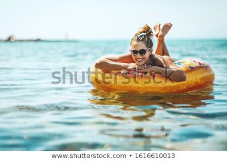 Młoda kobieta nadmuchiwane rur morza Zdjęcia stock © AndreyPopov
