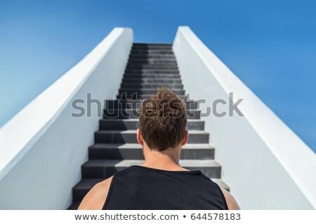 Fitness hombre mirando adelante escaleras escalada Foto stock © Maridav