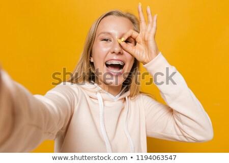 Foto kaukasisch meisje tandheelkundige bretels glimlachend Stockfoto © deandrobot