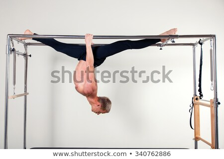 Pilates vrouw acrobatisch ondersteboven evenwicht oefening Stockfoto © lunamarina