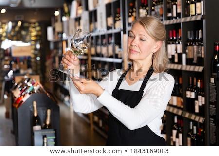 Női megvizsgál üveg bor szőlőskert napos idő Stock fotó © wavebreak_media