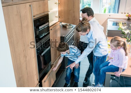 シーン キッチン ショールーム 家族 ショッピング 新しい ストックフォト © Kzenon