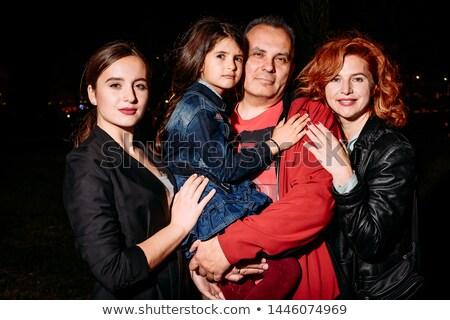 familia · posando · cámara · frente · vista · familia · feliz - foto stock © get4net