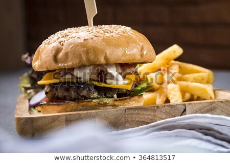 groot · cheeseburger · aardappel · saus · geïsoleerd · groene - stockfoto © ironstealth