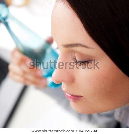 kobieta · interesu · pitnej · butelki · wody · piękna · garnitur - zdjęcia stock © hasloo