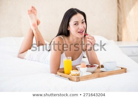 gülen · esmer · yeme · çilek · yatak · odası · kadın - stok fotoğraf © wavebreak_media
