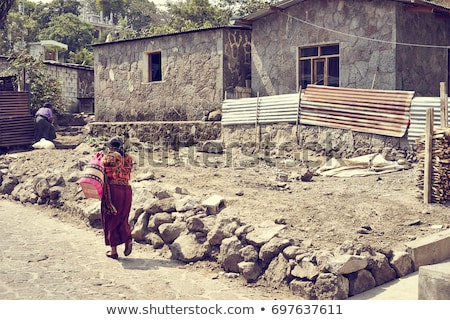 Vrouw lopen alleen stoffig weg natuur Stockfoto © IS2