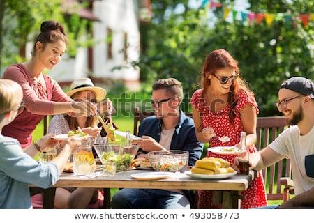vue · de · côté · jeune · femme · manger · fraîches · salade · alimentaire - photo stock © is2