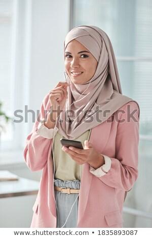 Mooie jonge zakenvrouw hijab praten Stockfoto © pressmaster