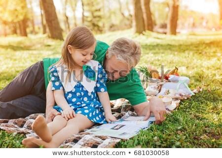 Familie leggen picknickdeken zomer park recreatie Stockfoto © dolgachov