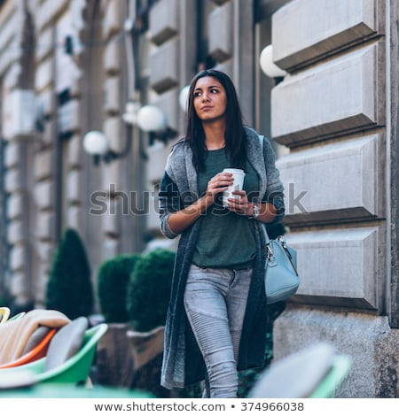 fiatal · nő · piros · kalap · iszik · kávé · kávézó - stock fotó © deandrobot