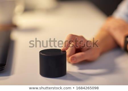 Primer plano inalámbrica orador mesa mujer sesión Foto stock © AndreyPopov