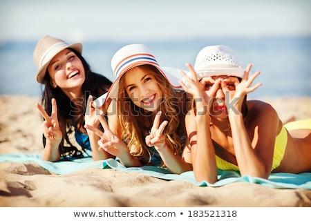 Banhos de sol amigos mulher praia cabeça Foto stock © photography33