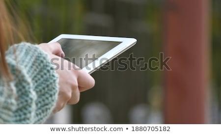 Fiatal üzletasszony táblagép sétál városi gyönyörű Stock fotó © adamr