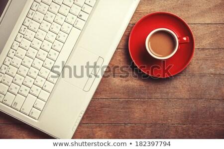 rojo · taza · de · café · luz · mesa · de · madera · completo · café - foto stock © viperfzk