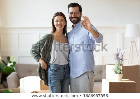 Pośrednik w sprzedaży nieruchomości klucze nowego apartamentu klienta Zdjęcia stock © Kzenon
