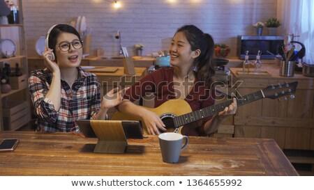 Glimlachend vrienden vergadering tabel muzikant discotheek Stockfoto © wavebreak_media