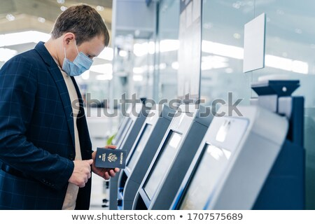 Shot man controleren bureau luchthaven paspoort Stockfoto © vkstudio