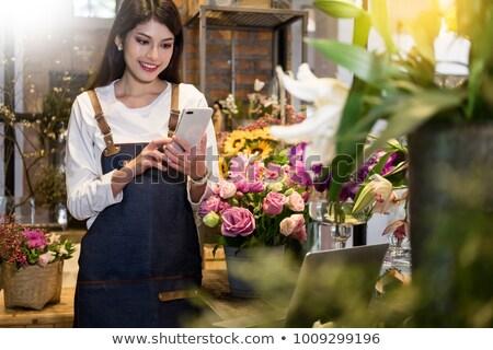 Foto stock: Florista · teléfono · flores · teléfono · hombre