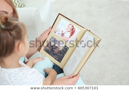 Donne guardando photo album amici relax Foto d'archivio © photography33