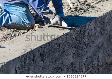 Piscine travailleur de la construction travail bois radeau humide Photo stock © feverpitch