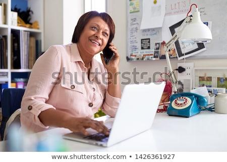 フロント 表示 アフリカ系アメリカ人 女性 携帯電話 ストックフォト © wavebreak_media