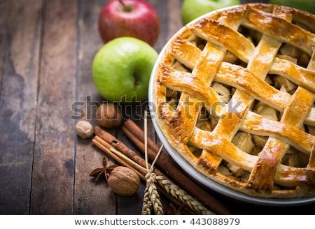 Domowej roboty rustykalny szarlotka bio jabłka wewnątrz Zdjęcia stock © Peteer