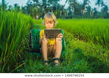 Gelukkig kind vergadering veld tablet Stockfoto © galitskaya