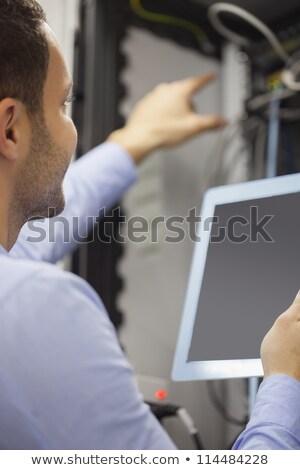 Férfi megjavít drótok táblagép adatközpont munka Stock fotó © wavebreak_media