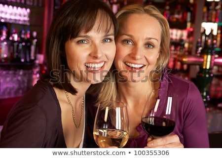 sonriendo · femenino · amigos · vino · club · nocturno - foto stock © wavebreak_media