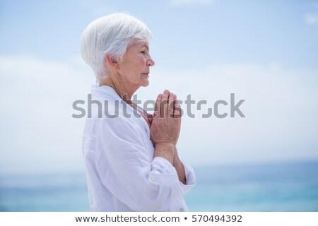 Vue de côté actif supérieurs femme méditer plage Photo stock © wavebreak_media