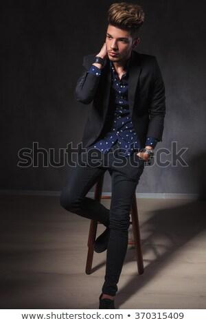 Tipo posando sentado taburete oscuro Foto stock © feedough