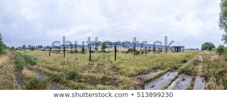 Oude rot militaire gebouwen weide Stockfoto © meinzahn