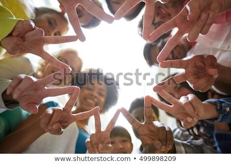groep · internationale · mensen · tonen · vrede · teken - stockfoto © dolgachov